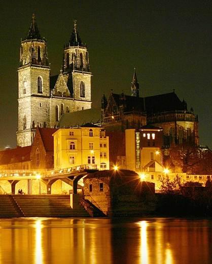 File:Magdeburger-Dom-Nachts.jpg